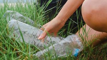 glada unga asiatiska aktivister som samlar plastavfall i skogen. koreanska damvolontärer hjälper till att hålla naturen ren och hämta skräp. koncept om miljöskyddsföroreningar. foto