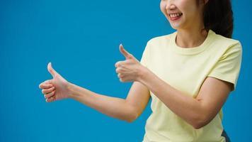ung kvinna hand visar tummen upp tecken med fingrar isolerade över blå bakgrund i studion. kopiera utrymme för att placera en text, meddelande för annons. reklamområde, håna reklaminnehåll. foto