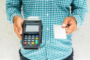 hand man med kreditkort maskin. foto