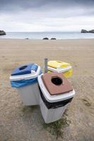 papperskorgar på stranden foto