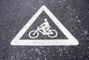 cykeltecken på asfalten foto