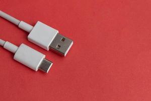 usb -kabel typ c över röd bakgrund foto