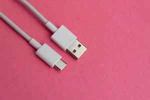 usb -kabel typ c över rosa bakgrund foto