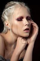 modeporträtt av ung vacker kvinna foto