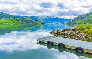 brygga vid fantastiska norska landskap fjordskogar jotunheimen norge. foto