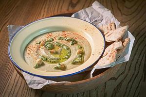 hummus i tallriken med vitt bröd foto