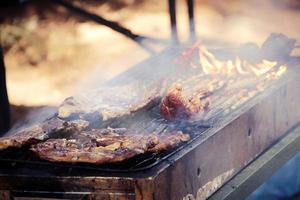 stek en biff på en varm grill foto