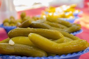 förrätt mat med inlagda grönsaker av gurka och oliver på picknickbord foto