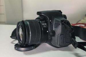 närbild av modern svart dslr -kamera på vitt bord foto