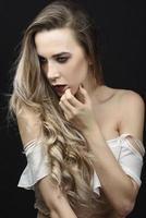 ung kvinna med långt hår och blå ögon foto
