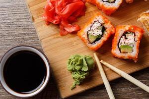 närbild av sushi med sojasås foto