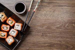 sushirulle med ätpinnar foto