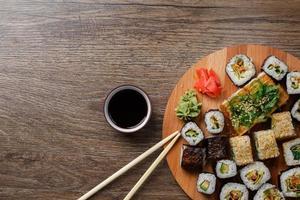 sushi på rund träplatta foto