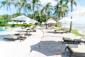 abstrakt suddighetssängpöl runt simbassängen i lyxhotellresortsort för bakgrund - semester- och semesterbegrepp foto