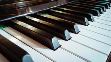 närbild av pianotangenter foto