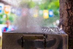 höghastighetsfoto av vatten som brister ut från ballongen som placerades på en varm grill foto