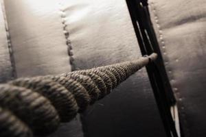 brunt klätterrep som hänger från taket foto