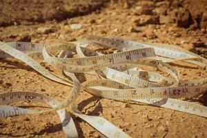 måttband placerat på marken på en byggarbetsplats foto