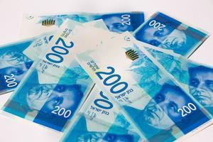 stapel israeliska pengarräkningar på 200 shekel foto