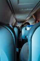 interiör i passagerarflygplan med personer på säten foto