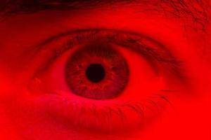 makro på mannen öga uttrycker chockad överraskning och rädsla uttryck foto