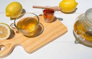 varmt eftermiddagste med honung och citron serveras på bordet i caféet foto
