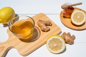 varmt te med honung och ingefära serveras på bordet i caféet foto