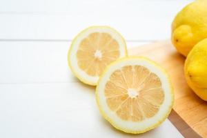 bitar av skiva citron på vitt bord foto
