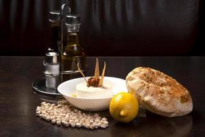 den traditionella Mellanöstern, hummus med tahini, serverat med egyptiskt plattbröd foto