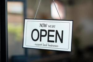öppen skylt stöder lokalt företag foto