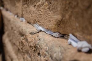 noterar till gud i sprickorna mellan tegelstenarna i västra väggen i den gamla staden Jerusalem, Israel foto