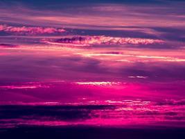 solnedgång. blå och lila himmel och moln. skönhet naturlig bakgrund foto