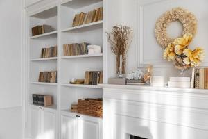 vardagsrum inredning med bokhylla foto