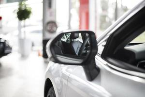 sidovy ny bil framsida med spegel foto