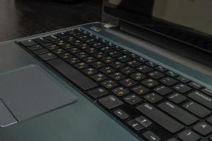 tangentbord med bokstäver på hebreiska och engelska - bärbart tangentbord - närbild foto