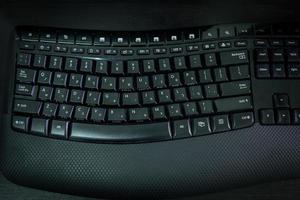 tangentbord med bokstäver på hebreiska och engelska foto