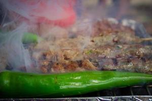 olika typer av kött tillagas på grillen foto