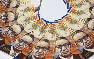 stapel israeliska pengarräkningar på 100 shekel - ovanifrån foto