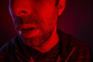närbild på mannen öppen mun med allvarliga ansiktsuttryck foto