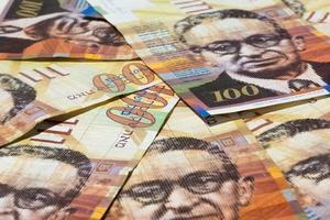 stapel israeliska pengarräkningar på 100 shekel foto