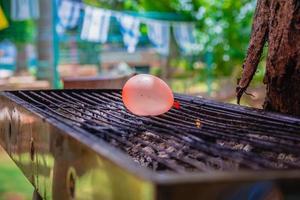 ballong fylld med vatten placerad på en varm grill foto