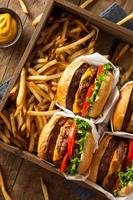 dubbla ostburgare och pommes frites foto
