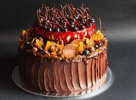 rustik chokladkaka med frukt foto