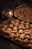 chokladtryfflar i kakaopulver foto