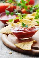begreppet mexikansk mat med kryddig salsa foto
