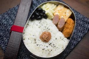 japansk matlåda hinomaru bento (日 の 丸 弁 当) foto