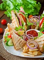 Club sandwich. serveras med pommes frites. foto