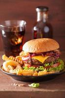 baconost hamburgare med tomatlök för nötkött foto