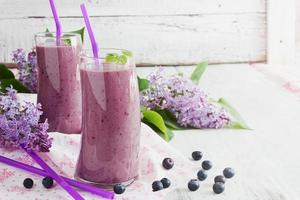 färsk smoothie med blåbär foto