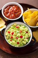 guacamole med avokado, lime, chili och tortillachips foto